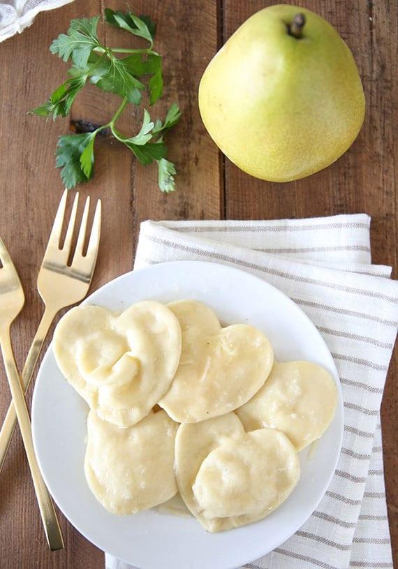 einfaches rezept für ravioli in herzform mit leckerer käse-birnenfüllung