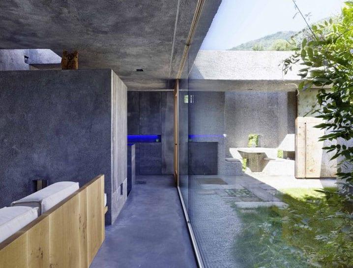 attraktives einfamilienhaus mit panoramablick von wohn- und kochbereich auf kleinen sonnigen hofgarten