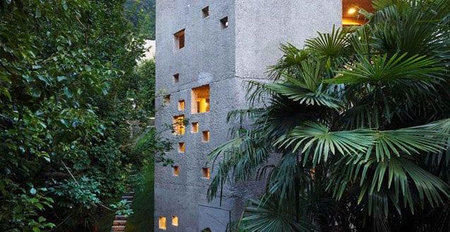 modernes-wohnhaus-als-zurückhaltender-betonbau-inmitten-des-waldes