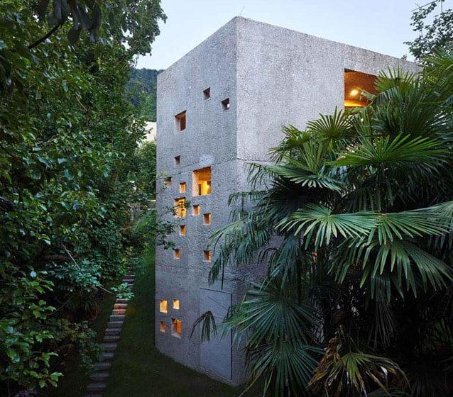 außergewöhnliches bauwerk am hang mit lochfassade aus beton