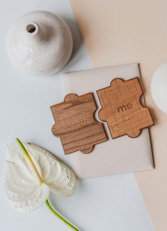 coole geschenkideeen zum valentinstag_holz puzzleteile für Liebespaare