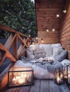 schöne-terrasse-idee-für-gemütliche-sitzecke-mit-bodenkissen