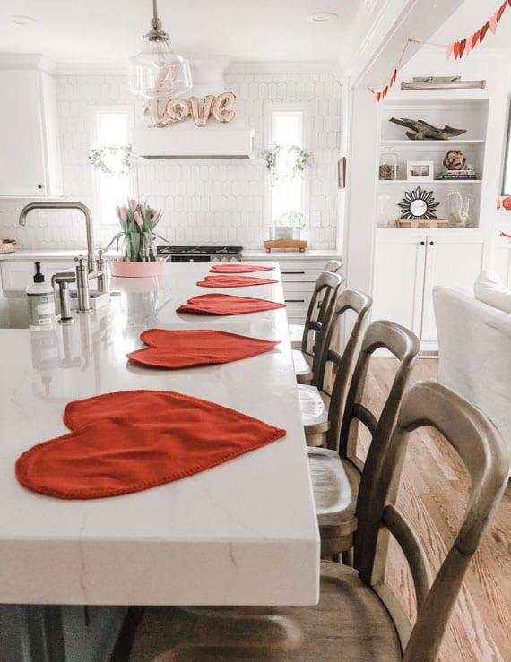 küche dekoration für valentinstag mit roten herz-tischuntersetzer, girlande aus papierherzen und einem love-luftballon