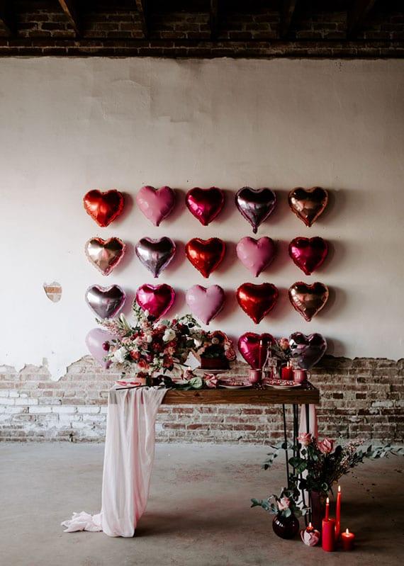 romantische deko zum valentinstag mit rosafarbigen luftballon in herzform