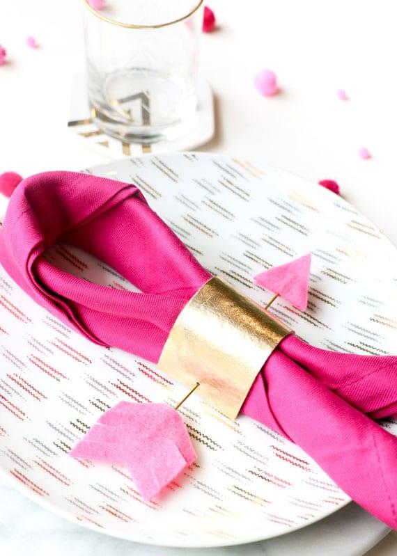 servietten falten mit ring zum valentinstag_coole bastelidee für DIY Amorpfeil-Serviettenring aus Filz