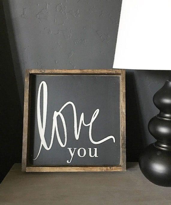 holzschild mit einem liebesspruch in schwarzweiß selber basteln als deko oder geschenk zum valentinstag