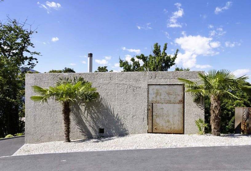 beton und architektur_kreatives projekt für dreigeschossiges haus am hang mit betonmauerschale und eisentor