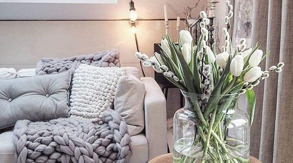 wohnzimmer-ideen-für-schickes-interieur-mit-kuschelligen-textilien-und-natürlicher-zimmerdeko