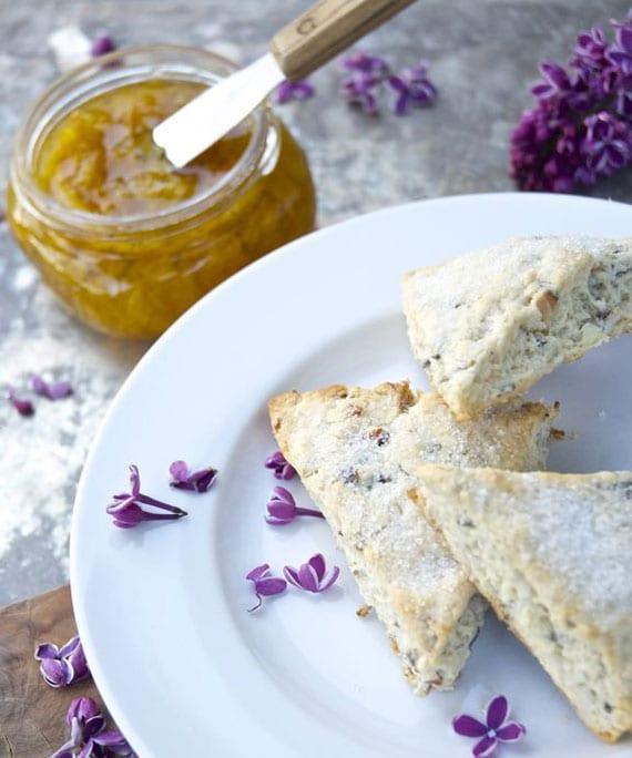 Teegebäck mit mandeln und fliederblüten selber machen als leckeres frühstück oder für einen brunch im frühling