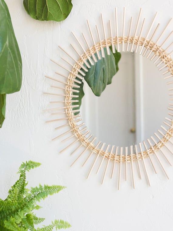 einfache bastelidee für schöne wanddeko mit diy spiegel rund aus peddigrohr und raphiabast