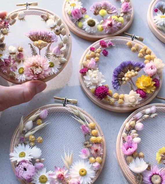 originelle Blumendeko im Stickrahmen selber machen mit verschiedenen Trockenblüten