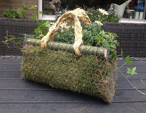 diy pflanzentasche aus moos und maschendraht als coole bastelidee für diy tischdeko mit blumen oder kreative osterdeko
