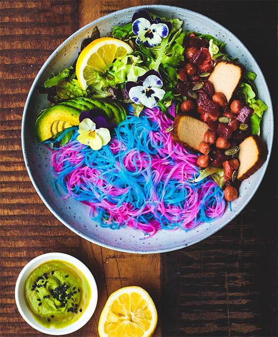 unicorn glasnudeln salat mit avocado, fleisch, rote bete und grünsalat