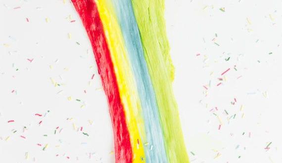 coole-rezeptideen-in-regenbogenfarben_toastbrot-mit-farbigem-gegriltem-käse