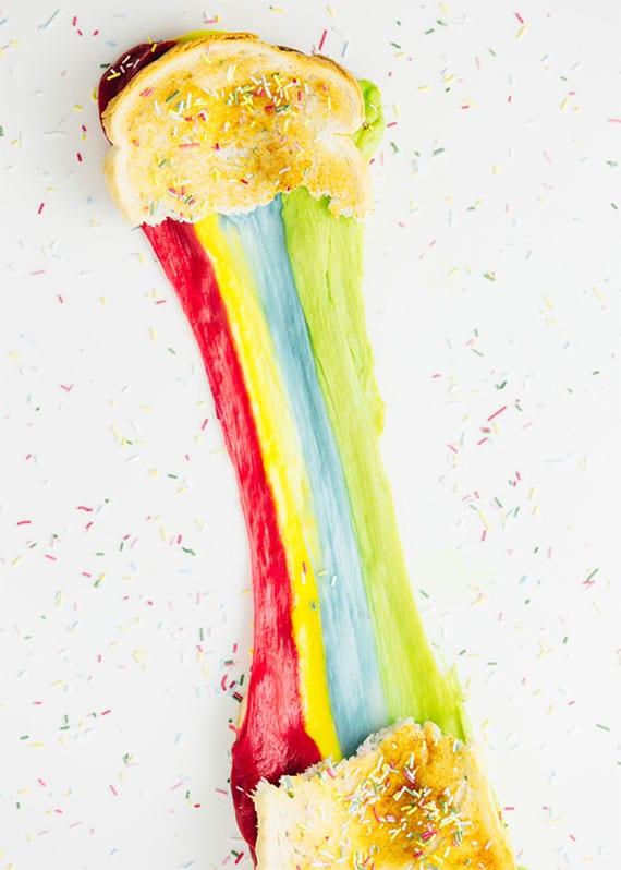 einfaches rezept für bunte party sandwiches mit farbigem käse