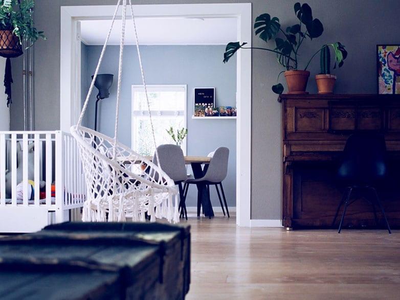wohnessbereich gemütlich gestalten mit hellem naturholzboden, wandfarbe grau oder blau und einem diy hängesessel