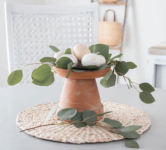 tolle bastelidee für natürliche osterdeko mit ostereiern und eukalyptuszweigen auf terrakottatopf