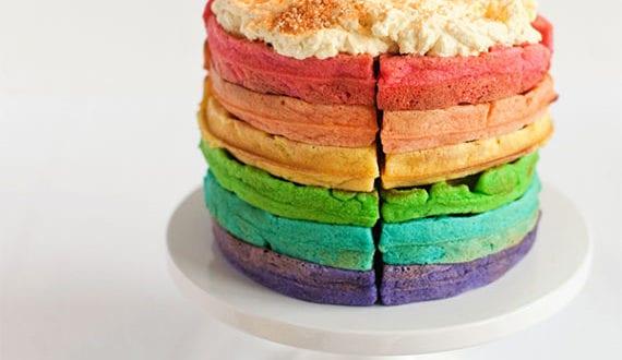 einfaches-rezept-für-geburtstagstorte-mit-waffeln-in-regenbogenfarben