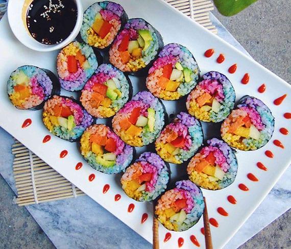 coole rezeptideen für bunte speisen wie regenbogen sushi mit batata, paprika und gurke