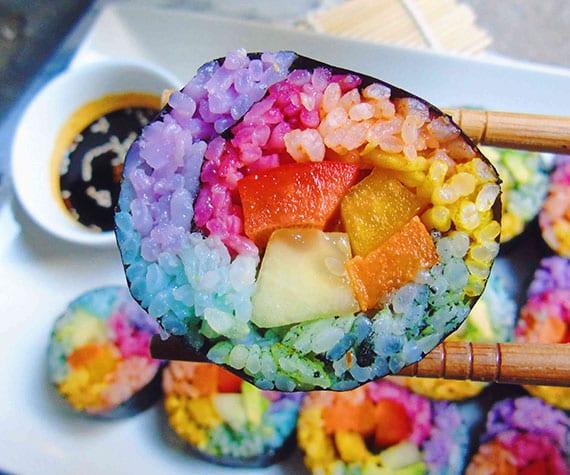 regenbogen sushi mit gemüse und buntem reis selber machen