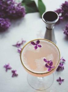 getränke-mit-fliedergeschmack_leckeres-cocktail-rezept-mit-essbaren-blüten