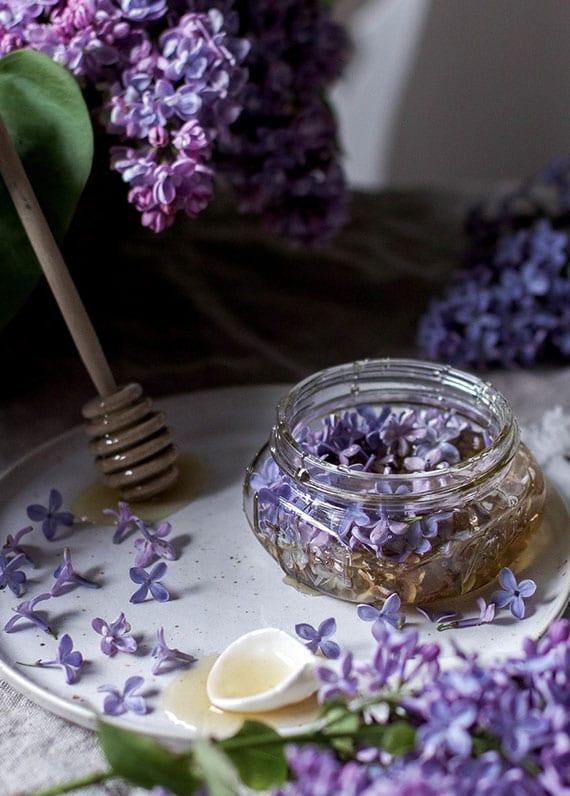 einfache rezeptidee für hausgemachtes honig mit essbaren fliederblüten als nettes geschenk aus der küche im frühling