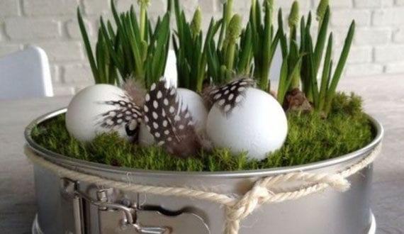 kreative-dekoidee-zu-ostern-2020-mit-kuchenform-und-weißen-eiern