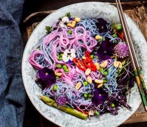 leckere-salatidee-mit-glasnudeln-in-regenbogenfarben