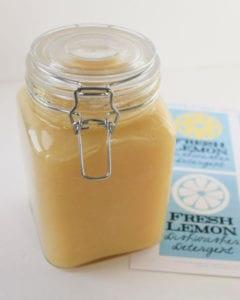 naturputzmittel-und-bio-waschmittel-selber-herstellen-_hausgemachte-Geschirrspüler-aus-frischen-Zitronen-für-die-Spülmaschine