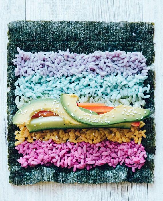 sushi rezept mit buntem reis, avocado, gurke und süßkartoffel zum selber machen