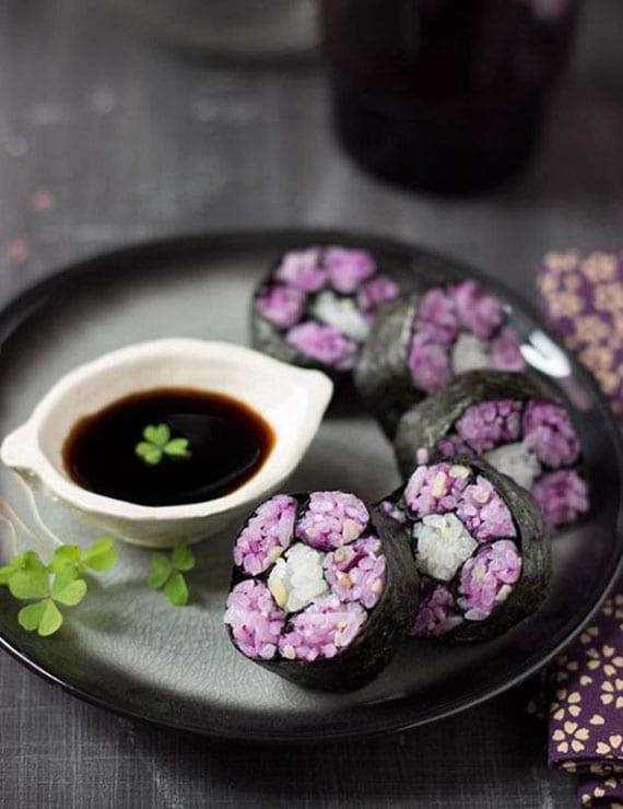 Sushi Maki-Blume mit Rotkohl und Pinienkernen als idee für eine besondere mahlzeit in regenbogenfarben