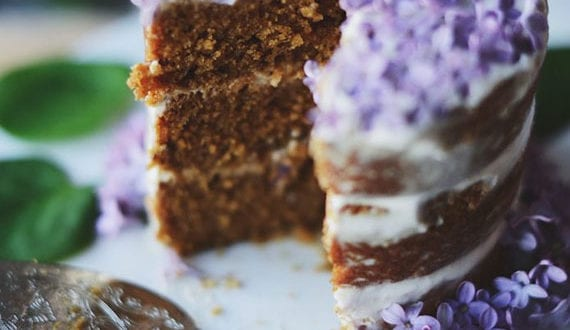 veganer-zitronenkuchen-mit-essbaren-fliederblüten-als-dekoration_partyessen-im-frühling