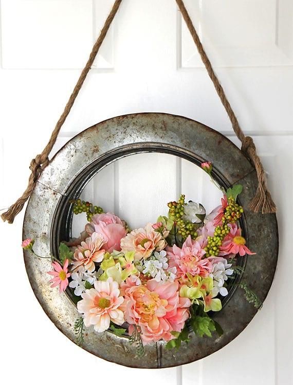 frühlingsdeko haustür selber machen mit frühlingsblumen und blumensteckmasse in metallring