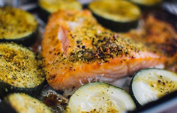 lachsfilet backofen_schnelles rezept für köstliches Lachs-Gericht mit gebackener Zucchini