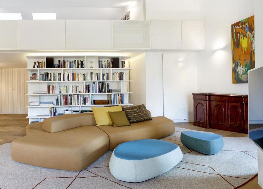 weißes wohnzimmer effektvoll und modern einrichten mit mobiliar in fließenden formen