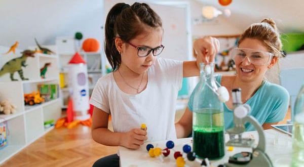 DIYs gegen Langeweile: lustige und einfache Experimente für Kinder