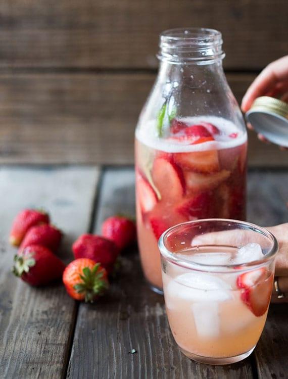 probiotische getränke wie ein hausgemachter wasserkefir aus früchten stärken die immunität