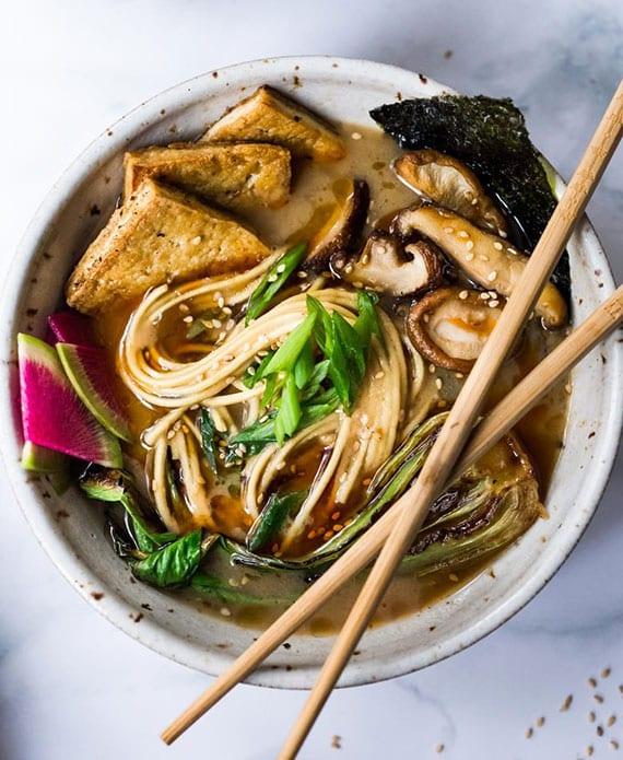 einfaches rezept für vegane nudelsuppe mit miso und shiitakepilze