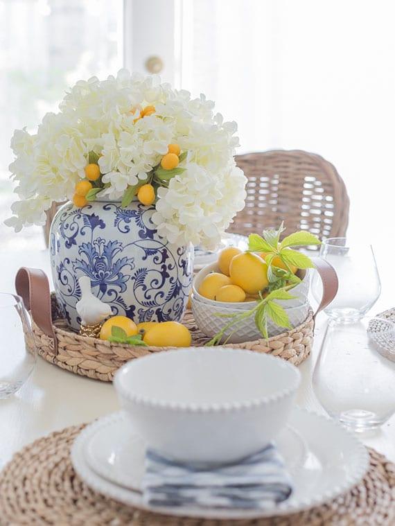 sommer tischdekoration mit weißer hortensie, calamondin und zitronen in einem wickeltablett