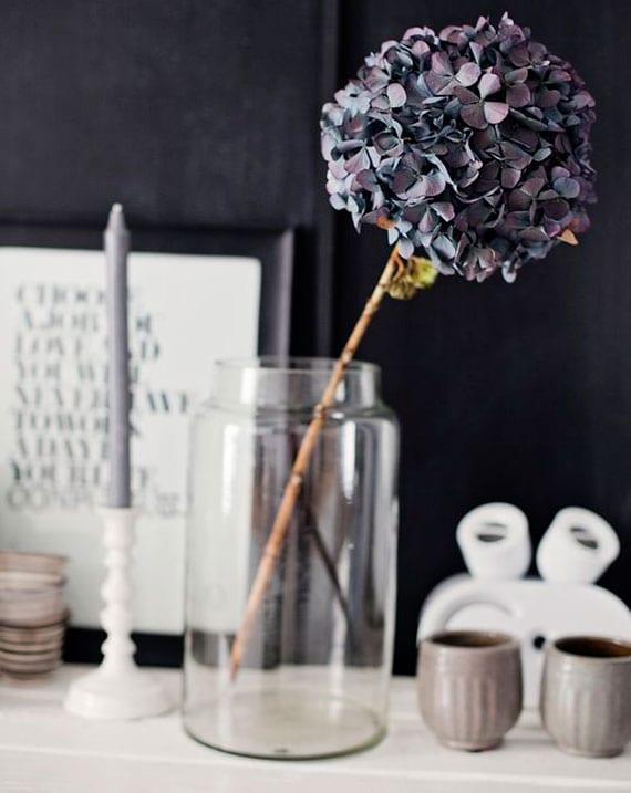 moderne blumendeko idee mit getrockneter hortensie in glasvase