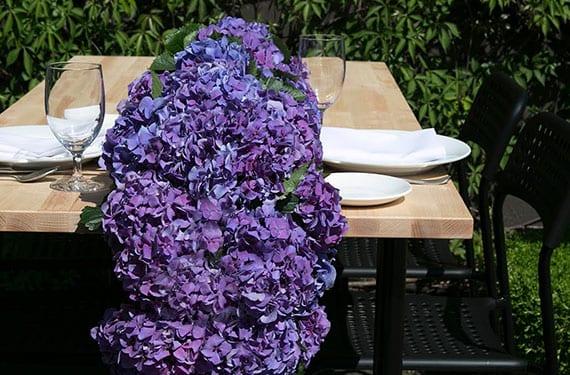 coole bastelidee für coole tischdekoration mit DIY Tischläufer aus blauen hortensien