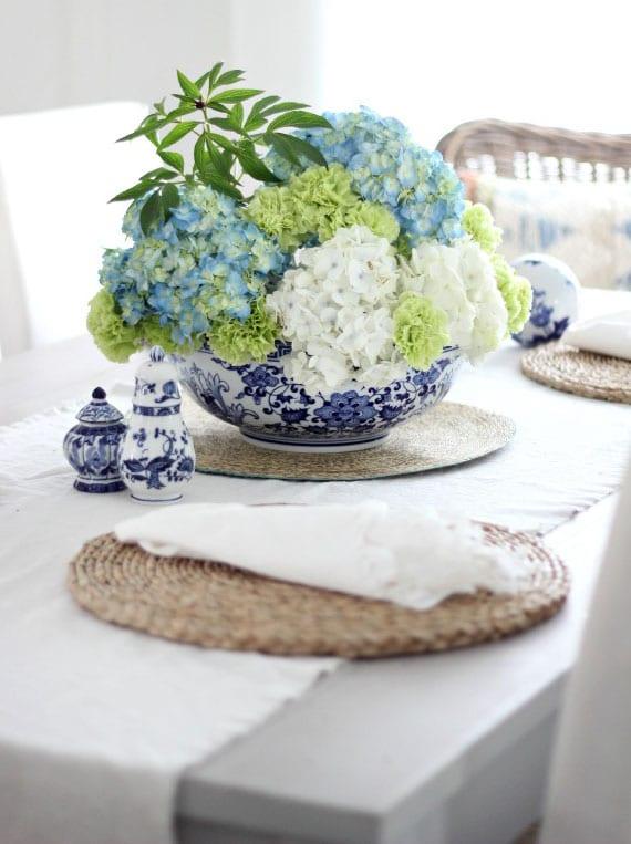 frische blumendeko in grün und blau_coole tischdeko mit grünen nelken und hortensien in weiß und blau