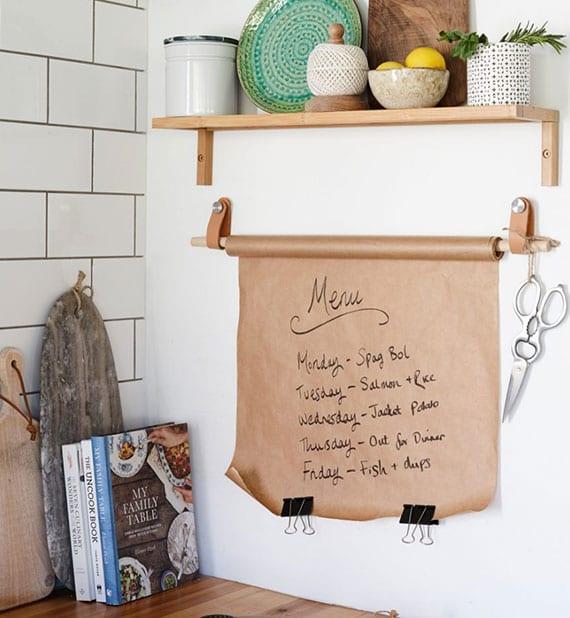 einfache und kreative bastelidee für diy memoboard aus backpapier, rundholzstab und ikea-lederhacken