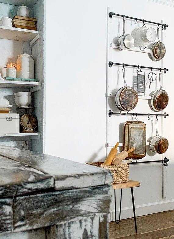 kleine küche in ordnung halten und attraktiv dekorieren mit einem diy Küchentopfregal