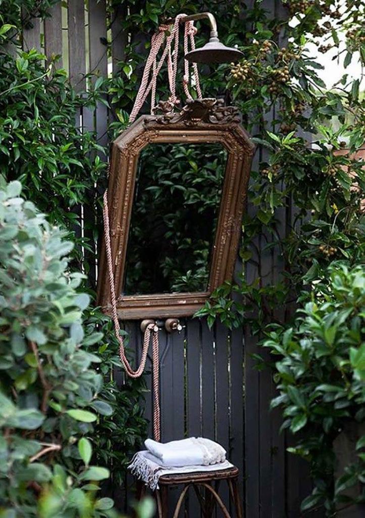 coole idee für außendusche mit vintage-spiegel im garten