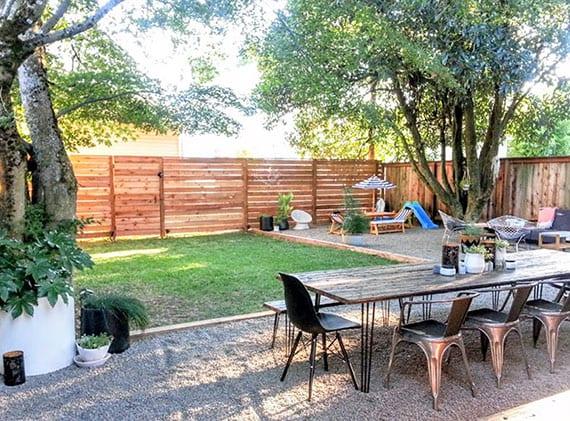 L-förmige Kiesterrase im Garten anlegen für essbereich, sitzecke und spielplatz