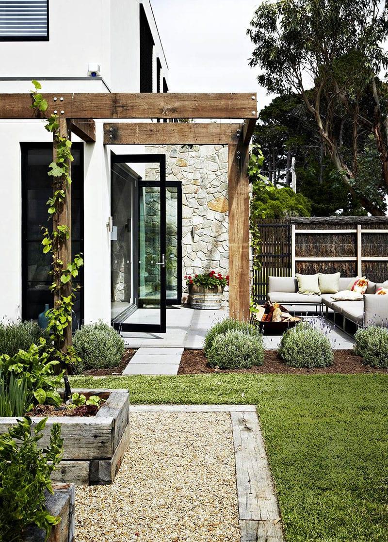 einen schönen garten im mediterranen Stil gestalten durch kiesflächen und passende pflanzen