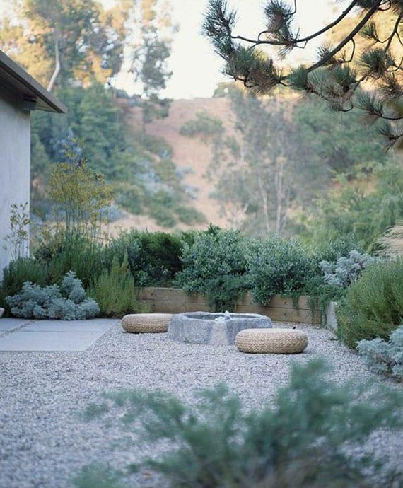 attraktive garten ideen für kiesgarten mit wasser und einfacher sitzecke japanischer art mit bodenkissen