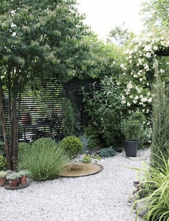 mit geringem Aufwand große Wirkung im Garten erzielen durch die Kombination von Kies und Pflanzen