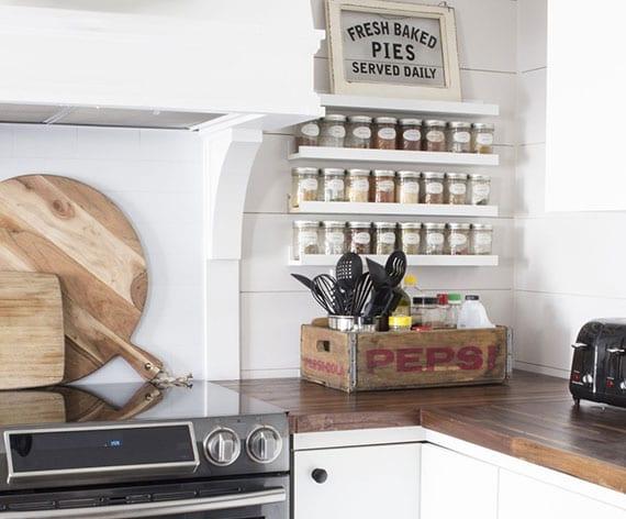 coole idee für schöne vintage küchendekoration mit weißen bilderleisten als diy gewürzregal